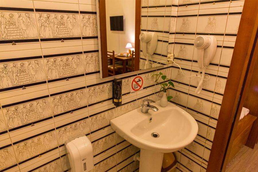 Camera quadrupla hotel baron tirana budget low cost for Scrivania low cost
